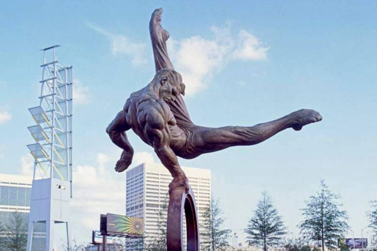 """Conheça Richard MacDonald – O artista que eternizou numa escultura o movimento """"flare"""" feito por Kurt Thomas"""